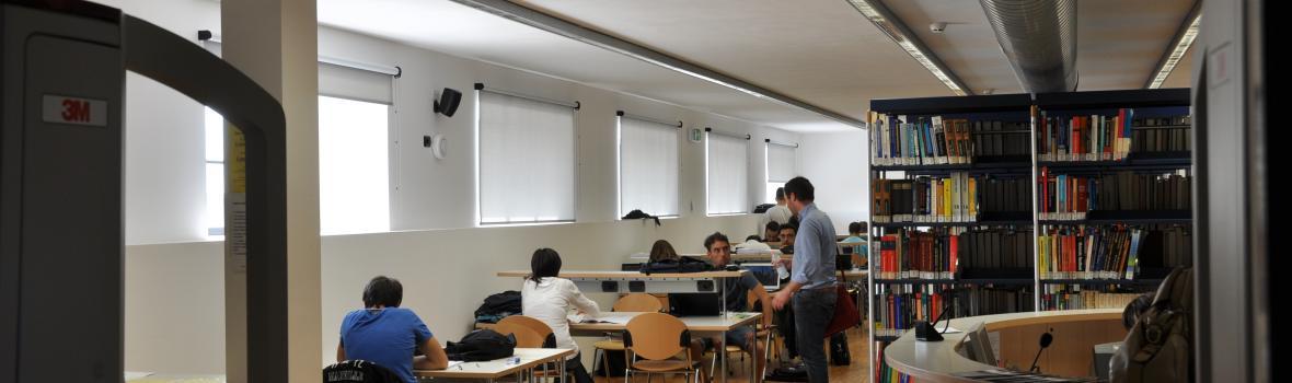 Foto di studenti in biblioteca
